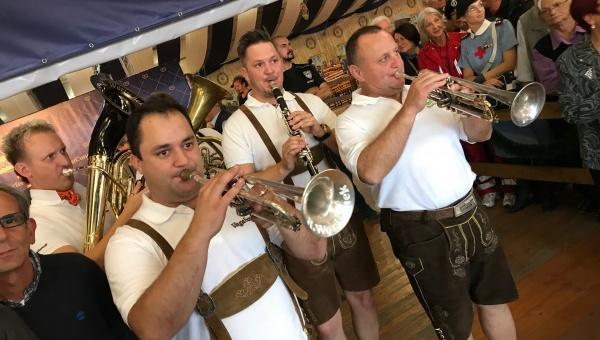 Orchestre bavaresi e musica live oltre a birra e piatti tipici al Paulaner Oktoberfest Alessandria